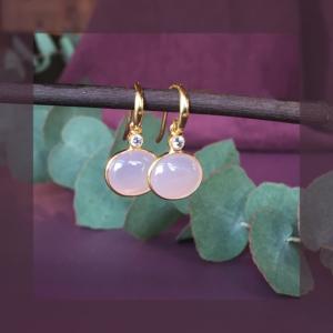 Fine øreringe med pink sten i midten og en lille zirkonia  foroven. Klik her og se mere.