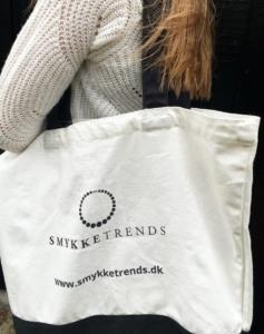 Its NOT a plastic bag!Hos Smykketrends tænker vi på miljøet og derfor fået produceret nogle lækre bomuldsbags.