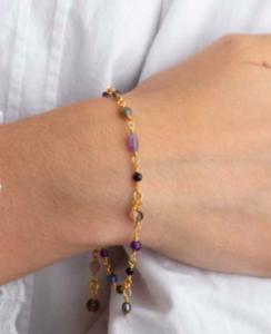 Smukt guldbelagt armbånd i med perler, kyanit, røgkvarts, ametyst, månesten og labradorit i forskellige former. Klik her og se mere.