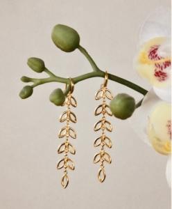 Elegante øreringe med to lange blad-vedhæng, forgyldt.klik her og se mere.