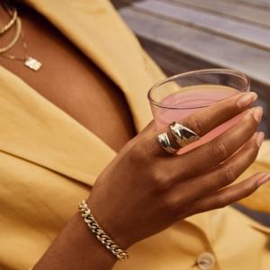 Smuk guldbelagt ring, der snor sig elegant om fingeren.Klik her og se mere.