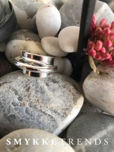 Trendy sølv ring med flot design og skønne detaljer.klik her og se mere.