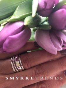 En eksklusiv ring med masser af detaljer, der gør den smuk og interessant at kigge på. Perfekt ring til kvinden, der gerne vil fremhæve sin feminine og romantiske side.Klik her og se mere.