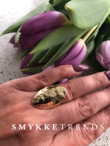 Stor justerbar ring med råt og naturligt look.Klik her og se mere.