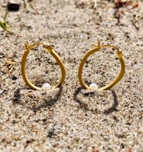 Et strejf af ferie med sol, hav og sand.Salene øreringene er inspireret af smukke Bornholm.